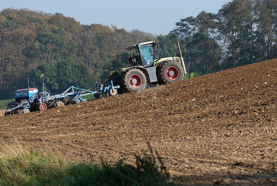 Tractor, ploegend op helling bij Viel, Zuid-Limburg