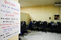 ATENÇÃO EDITOR: FOTO EMBARGADA PARA VEÍCULOS INTERNACIONAIS. SÃO PAULO,SP,04 OUTUBRO 2012 -  Policias da 4º CIA do 21º batalhão fecharam   um bingo que funcionava na Rua Giestas na Vila Bela  na zona leste na tarde de hoje no local havia 30 maquinas ninguem foi preso .FOTO ALE VIANNA - BRAZIL PHOTO PRESS.