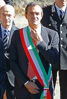 il sindaco di Napoli Luigi de Magistris veste la fascia tricolore durante la cerimonia di  commemorazione delle 4 giornate di Napoli