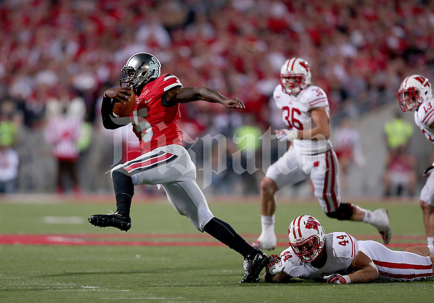 Ohio State Buckeyes quarterback Braxton Miller (5) gets away from Wisconsin Badgers linebacker Chris Borland (44) during the fourth quarter of the game between Ohio State and Wisconsin at Ohio Stadium on Saturday, September 28, 2013. (Columbus Dispatch photo by Jonathan Quilter)