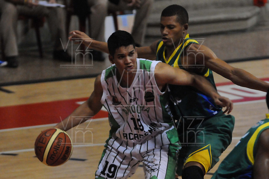 MEDELLÍN -COLOMBIA-22-04-2013. Diego Gómez (i) de Academia disputa el balón con S Ortiz (i) de Bambuqueros durante partido de la fecha 3 fase II de la  Liga Direct TV de baloncesto Profesional de Colombia realizado en el coliseo de la Universidad de Medellín./ Diego Gomez (l) of Academia fights for the ball with S Ortiz (l) of Bambuqueros during match of the 3th date phase II of  DirecTV professional basketball League in Colombia at Universidad de Medellin coliseum.  Photo: VizzorImage/Luis Ríos/STR