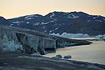 José Naranjo guia a la expedición de Greenpeace en el Artico muestra las evidencias del cambio climatico en las proximidades del casquete Polar artico, en Groenlandia. Alejandro Sanz acompaña a la expedición. 20 Julio 2013. © Pedro ARMESTRE
