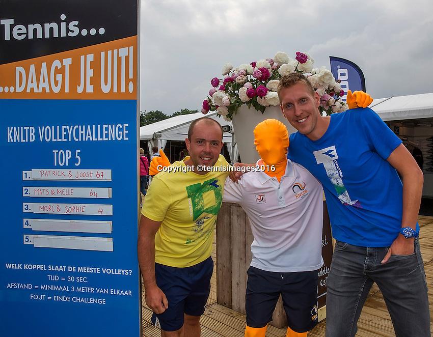 Den Bosch, Netherlands, 12 June, 2016, Tennis, Ricoh Open, winners volley challenge Partric and Joost<br /> Photo: Henk Koster/tennisimages.com