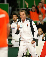 10-2-06, Netherlands, tennis, Amsterdam, Daviscup.Netherlands Russia, Dutch captain Tjerk Bogtstra supports Raemon Sluiter inhis match against Dmitry Tursonov
