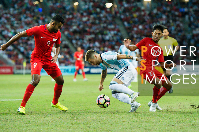 Alejandro Gomez of Argentina (C) in action against Faritz Hameed of Singapore (L) during the International Test match between Argentina and Singapore at National Stadium on June 13, 2017 in Singapore. Photo by Marcio Rodrigo Machado / Power Sport Images
