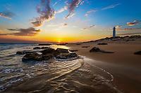 Spanien, Andalusien, Provinz Cadiz, Los Canos de Meca: Trafalgar Leuchtturm in den Duenen an der Costa de la Luz bei Sonnenuntergang | Spain, Andalusia, Cadiz province, Los Canos de Meca: Cape Trafalgar lighthouse at sunset with waves breaking on beach