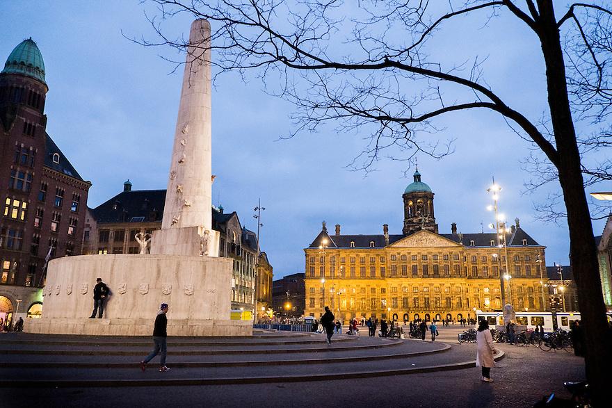 Nederland, Amsterdam, 23 febr 2013.De Dam, met het monument op de Dam en het koninklijk paleis in de schemering.Foto(c): Michiel Wijnbergh