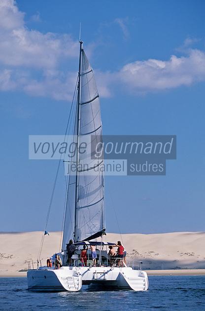 """Europe/France/Aquitaine/33/Gironde/Bassin d'Arcachon: Le voilier """"Vent d'Arguin"""" de Marc Fontvielle devant la dune du Pilat"""