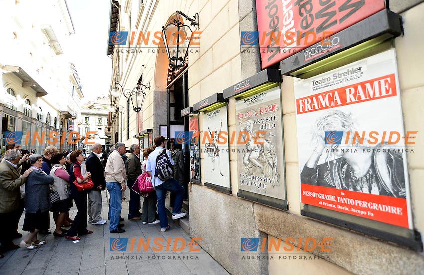 Milano 30/05/2013 Teatro Piccolo  - camera ardente Franca Rame<br /> nella foto: camera ardente folla in fila per rendere omaggio <br /> foto Daniele Buffa / Image / Insidefoto