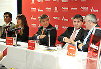 BOGOTA-COLOMBIA-07-02-2013: Fabio Villegas, (Cent.) Presidente Ejecutivo de Avianca Taca Holding, durante rueda de prensa en lanzamiento de la carrera atlética Run Tour Avianca, en Bogotá,  febrero 07 de 2013. Avianca bajo las normas de la Fedreración Colombiana de Atletismo, realizará el 17 de marzo próximo en la capital de la república la Primera Versión del RUn Tour Avianca. (Foto: VizzorImage / Luis Ramírez / Staff). Fabio Villegas,(C); CEO of Avianca Taca Holding, during a press conference at the launch of Run Tour Avianca athletic career in Bogotá, February 07, 2013. Avianca under the rules of the Colombian Fedreración Athletics, held on 17 March in the capital of the republic the first version of Run Tour Avianca. (Photo: VizzorImage / Luis Ramirez / Staff)...........