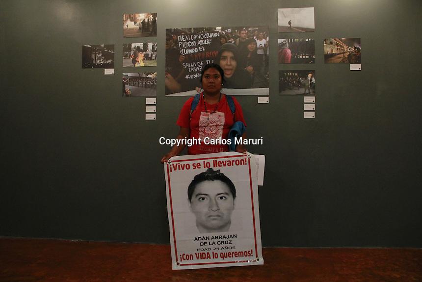 M&eacute;xico DF 23/Septiembre/2015.<br /> En el marco de la conmemoraci&oacute;n a un a&ntilde;o de la desaparici&oacute;n forzada de los 43 J&oacute;venes Estudiantes de la Normal Rural &ldquo;Ra&uacute;l Isidro Burgos&rdquo; de Ayotzinapa Guerrero, se dio la inauguraci&oacute;n de la exposici&oacute;n fotogr&aacute;fica &ldquo;Los Encontraremos&rdquo; en el Museo Casa de la Memoria Ind&oacute;mita.<br /> Cabe mencionar que el corte de list&oacute;n de dicha exposici&oacute;n, estuvo a cargo de la Sr. Carmen Cruz, madre de Jorge An&iacute;bal Cruz Mendoza uno de los 43 j&oacute;venes desaparecidos, Marco Ugarte, Fotoperiodista de la agencia Internacional Associated Press (AP).<br /> A dicho acto de inauguraci&oacute;n, asisti&oacute; una comisi&oacute;n de padres y de alumnos de Ayotzinapa, organizaciones sociales amigas y p&uacute;blico en general.