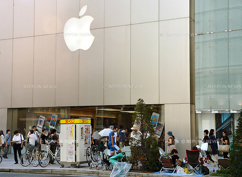 September 12, 2013, Tokyo, Japan - Nothing seems to prevent these hard-core Apple lovers from getting new iPhones as a small group of prospective buyers camp out in front of the Apple Store in Tokyo's bustling Ginza shopping district on Thursday, September 12, more than a week before the scheduled launch of iPhone 5s and lower-cost iPhone 5c. Apple announced the new mobile phones will be available in stores in Japan, U.S. and seven other countries on September 20.  (Photo by Natsuki Sakai/AFLO)
