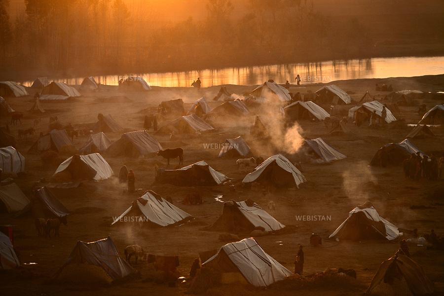 Afghanistan. Takhar Province. 2000. Khvajeh Baha od Din. Refugee camp of Moghol-Gheshlagh at sunrise, containing families who fled the progression of the Taliban. <br /> <br /> Afghanistan. Province du Takhar. 2000. Khvajeh Baha od Din. Camp de r&eacute;fugi&eacute;s de Moghol-Gheshlagh &agrave; l'aube, regroupant des familles qui ont fui l'avanc&eacute;e des Talibans.
