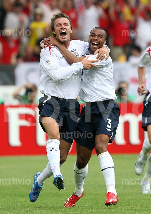 Fussball WM 2006   Achtelfinale   England - Ecuador David BECKHAM (li) bejubelt sein Tro zum 1:0 mit Ashley COLE (re, beide ENG)
