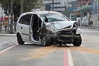 SAO PAULO, SP, 29/06/2014, ACIDENTE V. MARIANA. Um veiculo em alta velocidade colidiu na traseira de tres veiculos que estavam no semaforo na Rua Domingos de Morais com a Rua Francisco Cruz na Vila Mariana. O acidente aconteceu na manha desse Domingo (29), um dos veiculos parrou sobre a ciclofaixa, duas pessoas ficaram feridas e foram socorridas ao hospital Saboia. Luiz  Guarnieri/Brazil Photo Press.