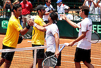 CALI - COLOMBIA - 05-04-2014: Juan Sebastian Cabal y Robert Farah de Colombia estrecan las manos con Victor Estrella y Jose Hernandez de Republica Dominicana durante el dia dos de partidos en el Grupo I de la Zona Americana de la Copa Davis, partidos entre Colombia y República Dominicana en Estadio de Tenis Alvaro Carlos Jordan en la ciudad de Cali. / Juan Sebastian Cabal and Robert Farah of Colombia shake hands with Victor Estrella and Jose Hernandez of the Dominican Republic during day two in matches for the Group I of the American Zone Davis Cup, between Colombia and the Dominican Republic, at the Carlos Alvaro Jordan, Tennis  Stadium in the city of Cali. Photo: VizzorImage / Luis Ramirez / Staff.