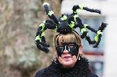 Düsseldorf, Deutschland. 26. February 2017. Spider-Woman beim Straßenkarneval auf der Kö in Düsseldorf. Düsseldorfer flanieren in bunten Karnevalskostümen und mit viel guter Laune über die Königsallee, beim sogenannten Kö-Treiben, einen Tag vor Rosenmontag.