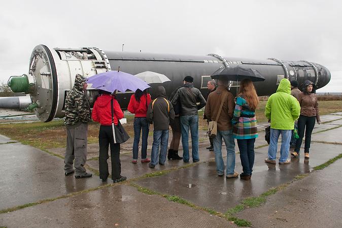 Besuchergruppe vor einer Interkontinental Rakete / Intercontinental ballistic missile PC-20B (SS-18 SATAN).  Tourist excursion.