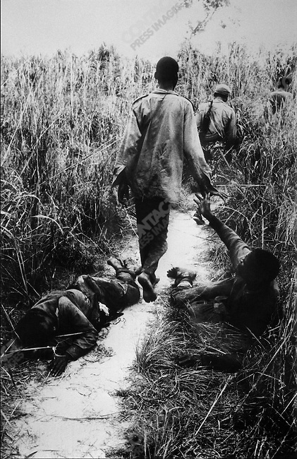Ibo soldiers retreating from Nigerian forces, war of secession, near Onitsha, Biafra, Nigeria, April 1968