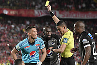 BOGOTÁ - COLOMBIA, 27-08-2017: Nicolas Rodriguez, árbitro, muestra la tarjeta amarilla a Nikolas Vikonis arquero de Milloanrios durante el partido entre Independiente Santa Fe y Millonarios por la fecha 10 de la Liga Aguila II 2017 jugado en el estadio Nemesio Camacho El Campin de la ciudad de Bogota. / Nicolas Rodriguez, referee, shows the yellow card to Nikolas Vikonis goalkeeper of Millonarios during match between Independiente Santa Fe and Millonarios for the date 10 of the Aguila League II 2017 played at the Nemesio Camacho El Campin Stadium in Bogota city. Photo: VizzorImage/ Gabriel Aponte / Staff