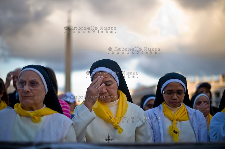 Vaticano, 12 Ottobre, 2013. Suore in preghiera in Piazza San Pietro