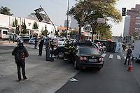 SÃO PAULO-SP-19,08,2014-ACIDENTE AVENIDA REBOUÇAS - Dois automóveis(Jetta e um Captiva) e uma ambulância colidiram na Avenida Rebouças (próximo à Avenida Faria Lima) sentido bairro.O motorista do Captiva e do Jetta foram socorridos e levados ao hospital.Os feridos sem gravidade ficaram no local.Avenida Rebouças ficou parada por 15 minutos durante o atendimento causando trânsito de 10 Km na tarde dessa terça-feira,19(Foto:Kevin David/Brazil Photo Press)