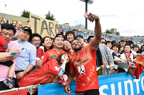 Andrew Durutalo (Sunwolves), April 23, 2016 - Rugby : Andrew Durutalo of Sunwolves takes a selfie with fans after winning the Super Rugby match between Sunwolves 38-26 Jaguares at Prince Chichibu Memorial Stadium in Tokyo, Japan. (Photo by Yuka Shiga/AFLO)