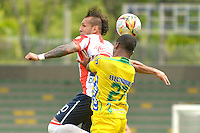 ARMENIA, COLOMBIA, 07-11-2015: Arnold Palacios (Der) del Atlético Huila disputa el balón con Juan Guillermo Dominguez (Izq) del Tolima durante partido válido por la fecha 19 de la Liga Aguila II 2015 jugado en el estadio Centeneraio de la ciudad de Armenia./ Arnold Palacios (R) player of Atletico Huila fights for the ball with Juan Guillermo Dominguez (L) player of Atletico Junior during match valid for the date 19 of the Aguila League II 2015 played at Centenario stadium in Armenia city. VizzorImage/INTI