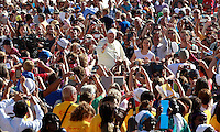 Papa Francesco saluta i fedeli al suo arrivo all'udienza generale del mercoledi' in Piazza San Pietro, Citta' del Vaticano, 3 settembre 2014.<br /> Pope Francis waves to faithful as he arrives for his weekly general audience in St. Peter's Square at the Vatican, 3 September 2014.<br /> UPDATE IMAGES PRESS/Isabella Bonotto<br /> <br /> STRICTLY ONLY FOR EDITORIAL USE