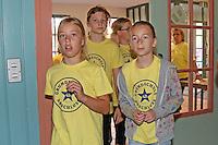 """Grundschüler der 4b der Lindenschule kommen mit eigenem T-Shirt zum """"Grundschule-Abschluss"""" zur Feier ins Treburer Eigenheim"""
