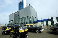 INDIEN Bombay Mumbai das Wirtschaftszentrum Finanzzentrum Indiens, neuer Bandra-Kurla-Komplex mit Bueros für Firmen in Branchen wie Banken und  Versicherung, Citi Bank / INDIA Mumbai Bombay, new business complex Bandra-Kurla with new office space for bank insurance finance technology telecommunication company, american Citi Bank