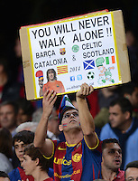 FUSSBALL   INTERNATIONAL   CHAMPIONS LEAGUE   2012/2013      FC Barcelona - Celtic FC Glasgow       23.10.2012 Barca Fan mit Plakat