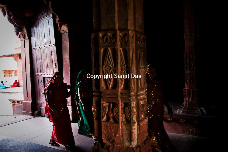 A group of Indian woman walks into the Fatehpur Sikri Palace Complex in Fatehpur Sikri, close to Agra, Uttar Pradesh in India. Photo: Sanjit Das/Panos pour Le Point
