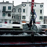 Venezia: una draga piulisce il fondale di un canale...