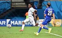 FUSSBALL WM 2014  VORRUNDE    Gruppe D     England - Italien                         14.06.2014 Daniel Sturridge (li, England) erzielt das Tor zum 1:1. Gabriel Paletta (re, Italien) kommt zu spaet