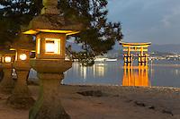 Japan, Chūgoku (Southwest Honshu), Hiroshima Prefecture, Miyajima Island: the floating Miyajima torii gate of Itsukushima Shrine at dusk | Japan, Chūgoku (Suedwest Honshu), Praefektur Hiroshima, Miyajima Island: der Torii des Itsukushima-Schreins zur Abenddaemmerung
