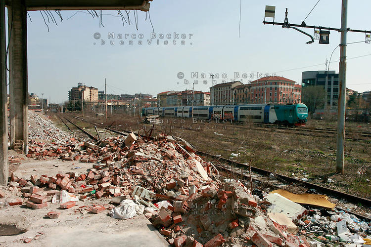 milano, periferia sud. macerie all'ex scalo merci ferroviario di porta romana in disuso --- milan, south periphery. rubble on the former railway merchandise port of call of Milan Romana Gate now in disuse