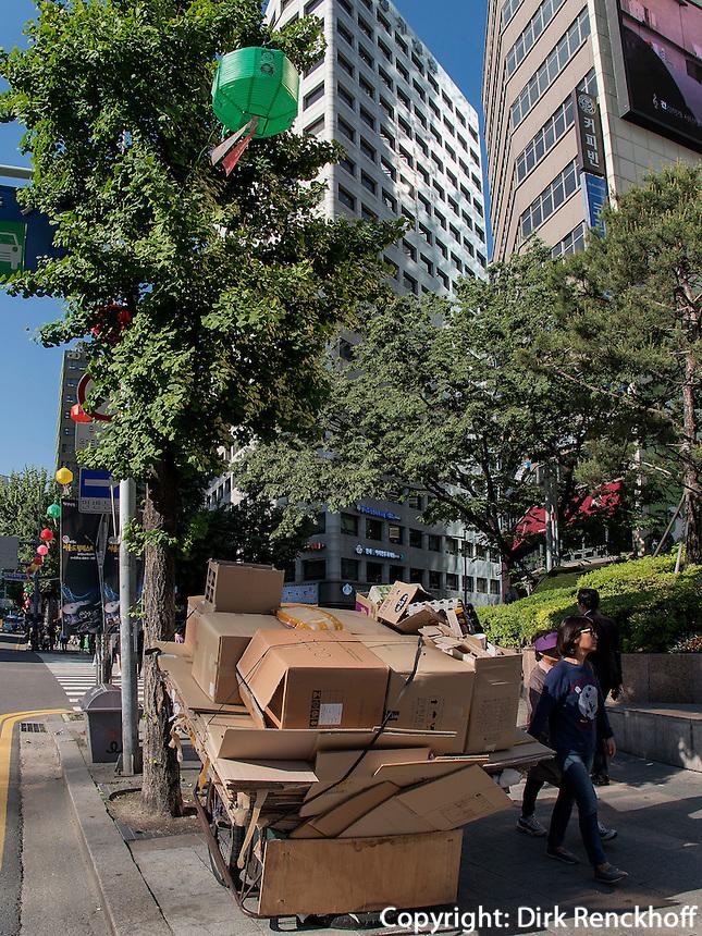 Altpapiersammler im Viertel Myeongdong, Seoul, Südkorea, AsienCollecting waste paper in Myeongdong, Seoul, South Korea, Asia