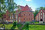 """Średniowieczny zamek, wzniesiony przez zakon krzyżacki około roku 1341. Po odrestaurowaniu, mieści się w nim ekskluzywny hotel. """"zamek"""".  Jest to jeden z najcenniejszych i najciekawszych zabytków Giżycka i Krainy Wielkich Jezior Mazurskich."""