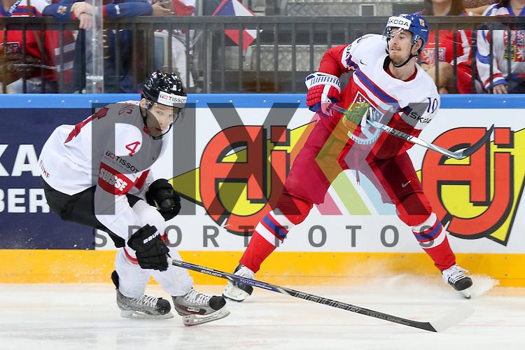 Tschechiens Cervenka, Roman (Nr.10)(SKA St. Petersburg) im Zweikampf mit Schweizs Geering, Patrick (Nr.4)  im Spiel IIHF WC15 Tschechien vs. Schweiz.<br /> <br /> Foto &copy; P-I-X.org *** Foto ist honorarpflichtig! *** Auf Anfrage in hoeherer Qualitaet/Aufloesung. Belegexemplar erbeten. Veroeffentlichung ausschliesslich fuer journalistisch-publizistische Zwecke. For editorial use only.