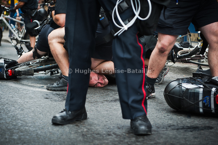 © Hughes Léglise-Bataille/Wostok Press.Canada, Toronto.27.06.2010..Une centaine de personnes ont manifeste a velo le 27/06/210 dans les rues de Toronto, pour protester contre la tenue dans la ville du sommet du G20. L'un d'entre eux a ete brutalement arrete par la police en debut de manifestation...About a hundred people demonstrated in the streets of Toronto on June 27, to protest against the G20  summit held in the city. One of them was brutally arrested by the police at the beginning pf the demonstration.