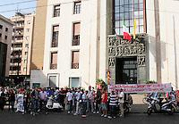 i Manifestanti che hanno contestato de magistris  facendola allontanare  dalla sede della Provincia senza aver votat p er Elezioni del consiglio della citta metropolitana di napoli