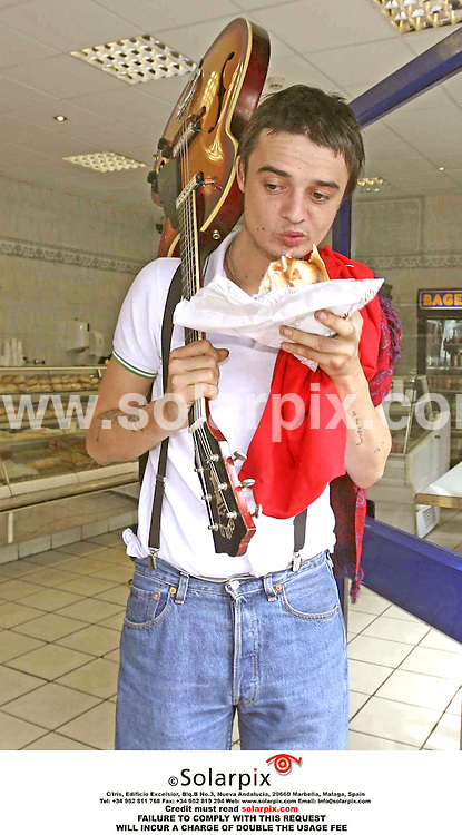 ALL-ROUND PICTURES FROM SOLARPIX.COM .** NO UK NEWSPAPER PUBLICATION - UK MAGAZINES ONLY**MUST CREDIT SOLARPIX.COM OR DOUBLE USAGE FEE CHARGED*.**NO PUBLICATION IN FRANCE, SCANDANAVIA, AUSTRALIA AND GERMANY** .Kate Moss boyfriend Pete Doherty buys a bagel from a bagel shop in London today. He was on his way to a police station to have the photo on his passport changed, so he can travel to Belgium for his next Babyshambles gig..REF:  2722 SFE
