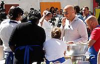 NAPOLI PIAZZA SAN DOMENICO MAGGIORE REGISTRAZIONE DI UNA PUNTATA DELLA TERZA SERIE DI MASTERCHEF ITALIA <br /> NELLA FOTO JOE BASTIANICH CON I CONCORRENTI<br /> FOTO CIRO DE LUCA