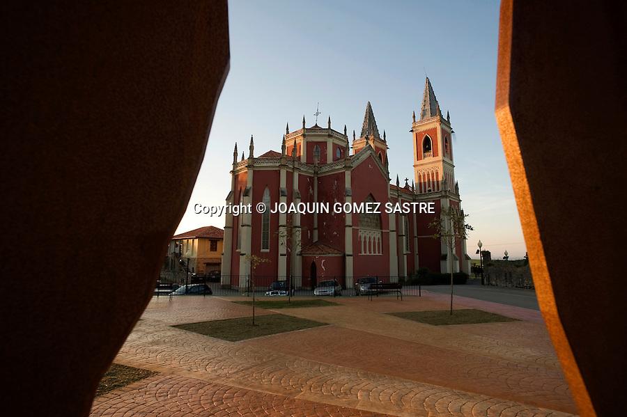 Vista de la iglesia de San Pedro Advincula de estilo neogotico en la localidad de Cobreces muy cerca de comillas en Cantabria,.foto © JOAQUIN GOMEZ SASTRE