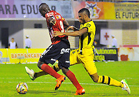 BARRANCABERMEJA -COLOMBIA, 29-11-2015:  David Valencia Figueroa (Der) jugador de Alianza Petrolera disputa el balón con Juan F Caicedo (Izq) de Independiente Medellin durante partido de ida por los cuartos de final de la Liga Aguila II 2015 disputado en el estadio Daniel Villa Zapata de la ciudad de Barrancabermeja./ David Valencia Figueroa (R) player of Alianza Petrolera fights for the ball with Juan F Caicedo (L) player of Independiente Medellin during first leg match for the quarterfinals  of the Aguila League II 2015 played at Daniel Villa Zapata stadium in Barrancabermeja city. Photo:VizzorImage / Jose David Martinez / Cont