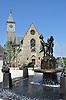 Drei-Grazien-Brunnen (2014/15) des Speyerer Bildhauer Franz Müller-Steinfurth, gestiftet von Familie Peter E. Eckes, vor der Katholischen Kirche St. Bartholomäus