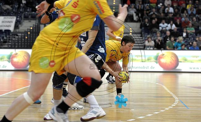 1. Bundesliga Handball Frauen - Punktspiel HC Leipzig (HCL) : DJK / MJC Trier - Arena Leipzig - im Bild: Anne Müller schnappt sich das Streitobjekt. Foto: Norman Rembarz ..
