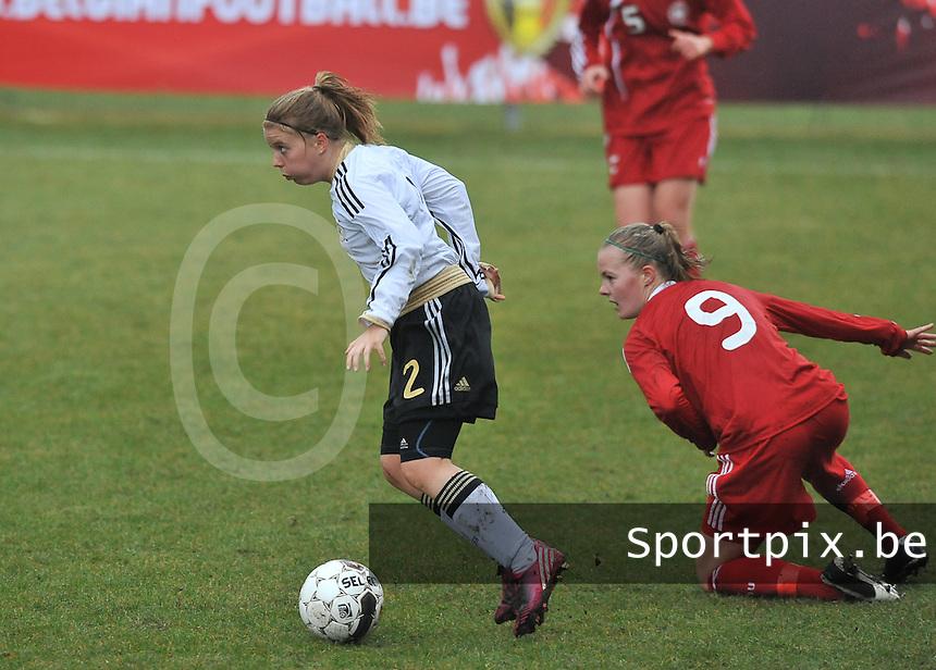 Denmark U17 - Germany U17 : 2 Ricarda Walkling aan de bal voor 9 Sarah Hansen.foto Joke Vuylsteke / Vrouwenteam.be
