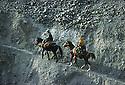 Iran 1979.Cavaliers sur une piste de montagne pres de la frontiere irakienne.Iran 1979.On the track in the mountains near the Iraqi border